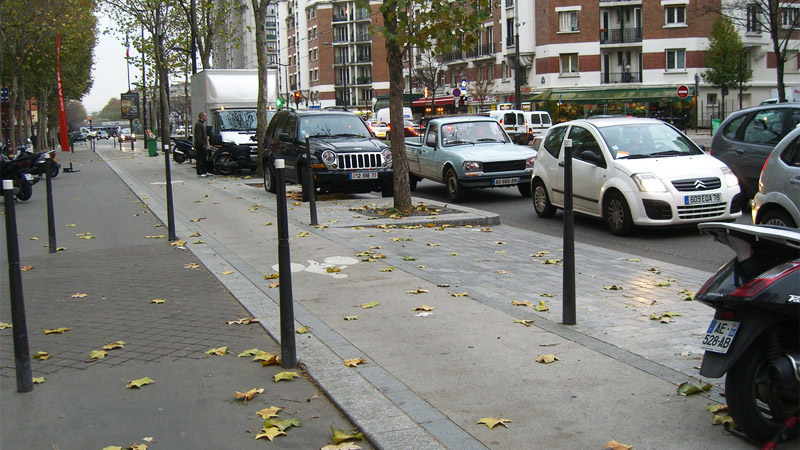 Continuous bike path on Boulevard Brune in Paris