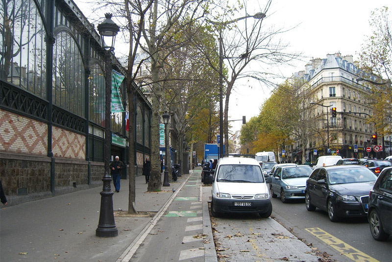 Separate lighting on Boulevard de Magenta in Paris