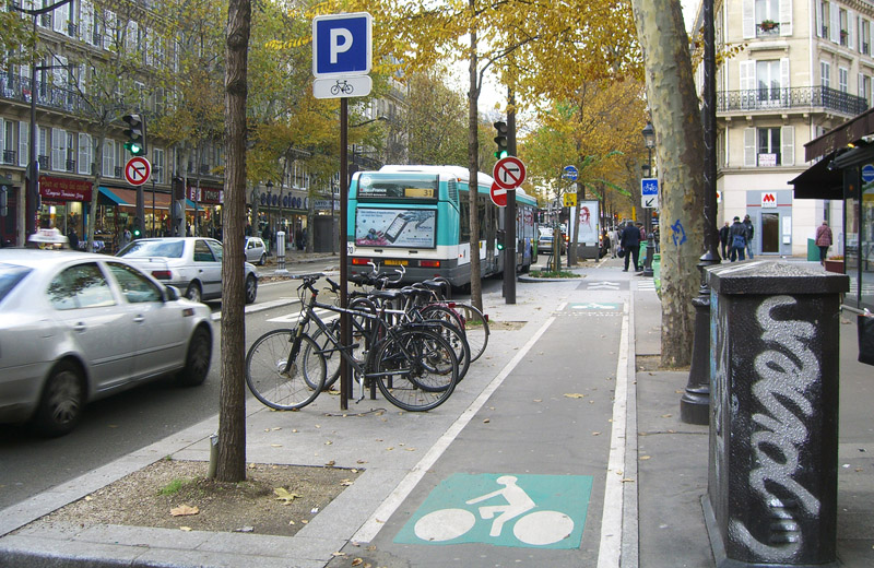 Functional zone between a carriageway and a bicycle path