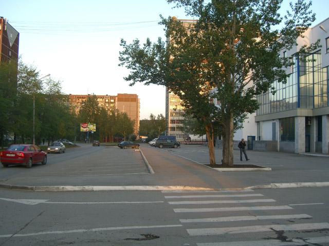 Тротуар между парковками