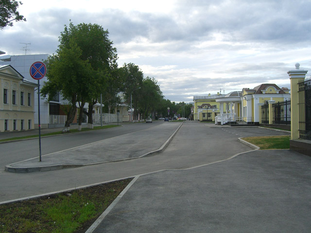 Проезд и парковка у комплекса полпредства