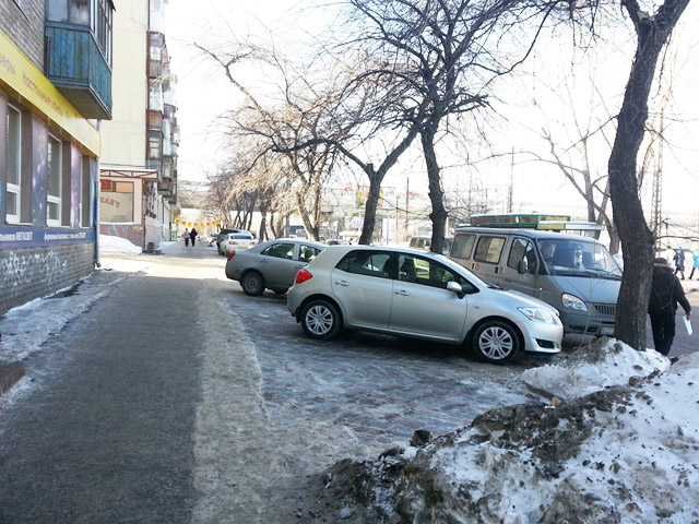Парковка через тротуар