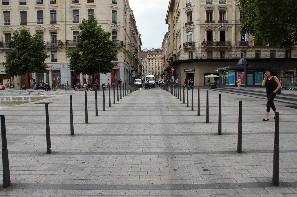 Проезд через пешеходную зону в Лионе