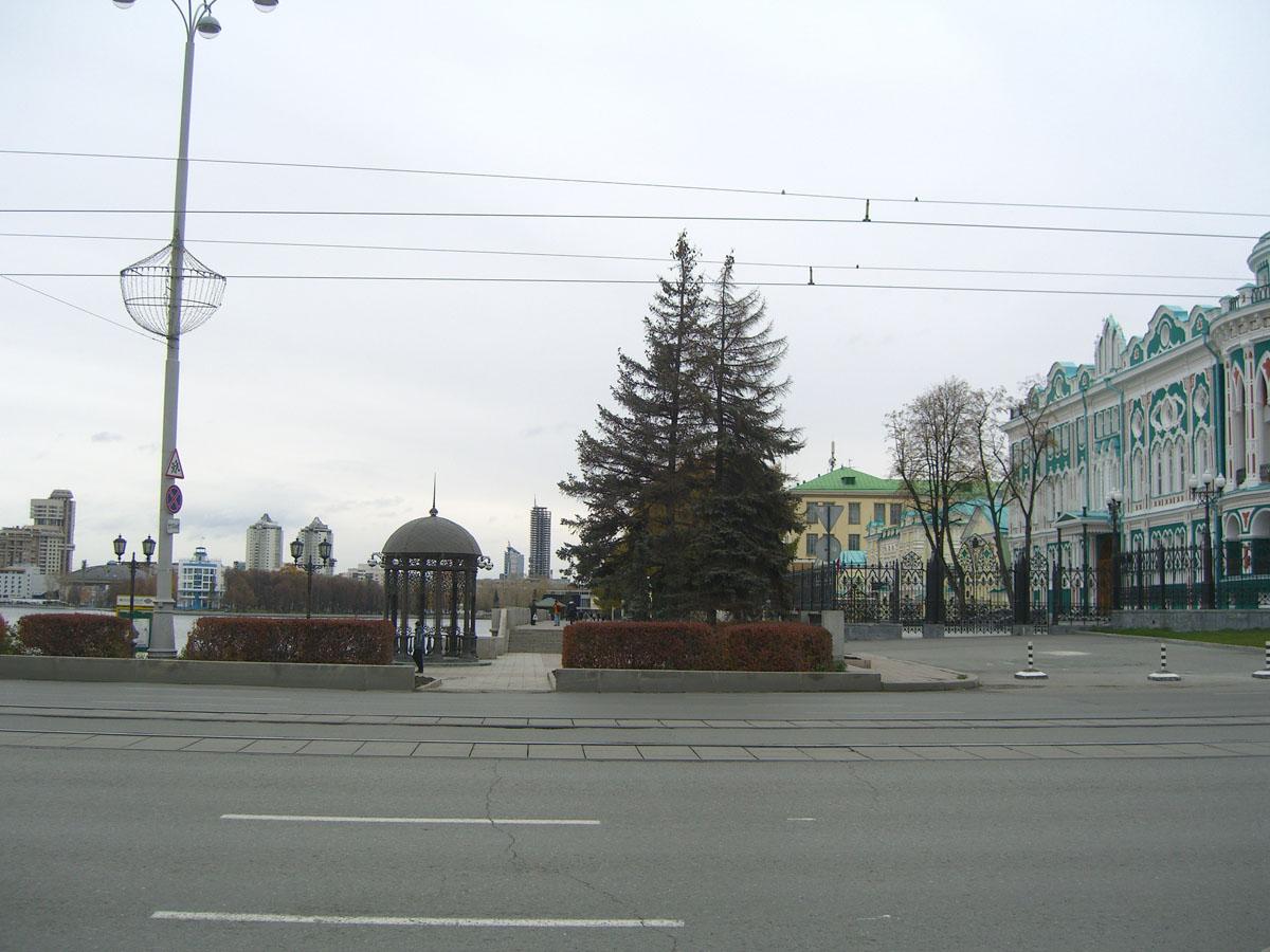 Проспект Ленина около памятника Татищеву и де Геннину