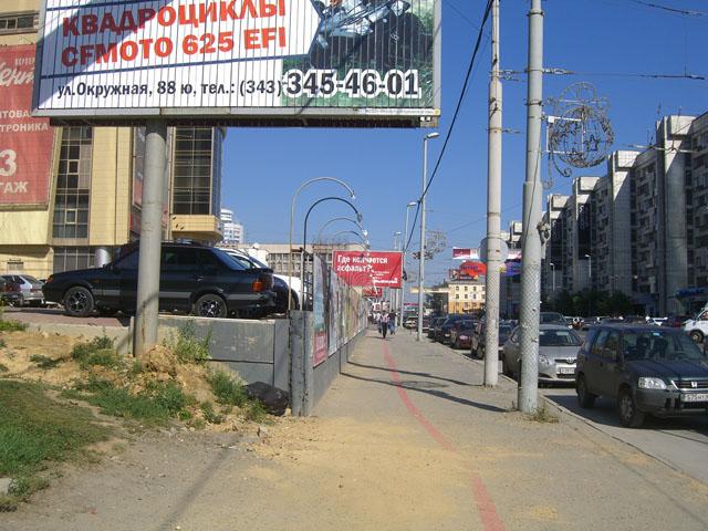 Пешеходное пространство около самого высокого здания в городе.