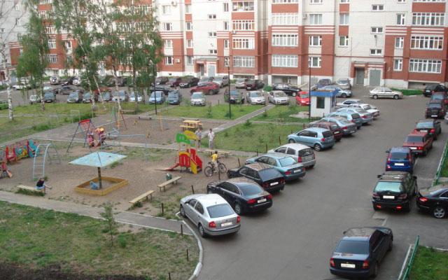 Дворовое пространство постепенно превращается в автостоянку