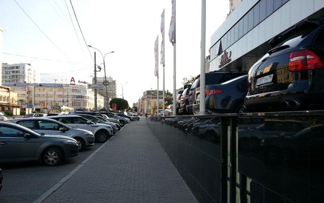 Сочетание двух типов негативного фасада в центре Екатеринбурга.