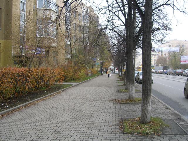 Жилое здание стоит с небольшим отступом от  тротуара