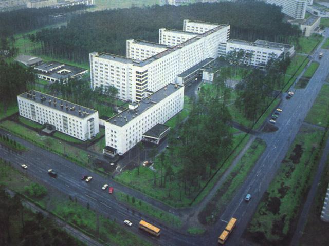 Комплекс областной больницы. Свободно стоящие здания на создают никакого уличного фасада