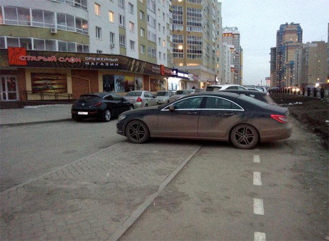 Проезд между застройкой и тротуаром на ул. Сурикова
