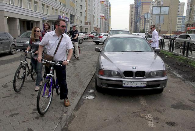 Парковка на тротуаре и велодорожке на улице Сурикова