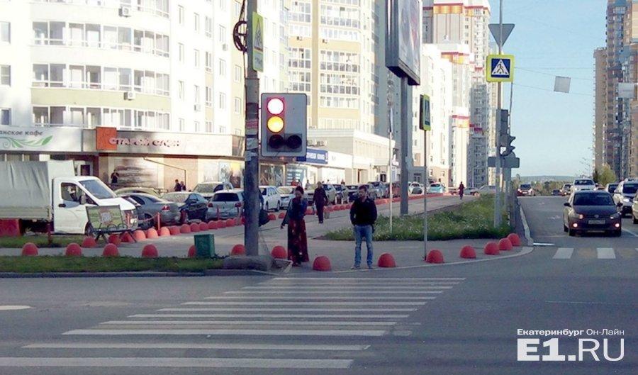 Тротуар на ул. Сурикова. Пешеходный бастион среди моря машин