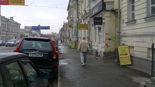 Улица 8 марта. Параллельная парковка прикрывает тротуар