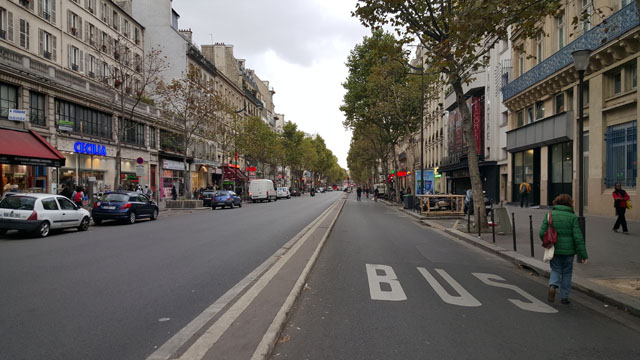 Парижский бульвар. Пространство имеет четкие вертикальные границы