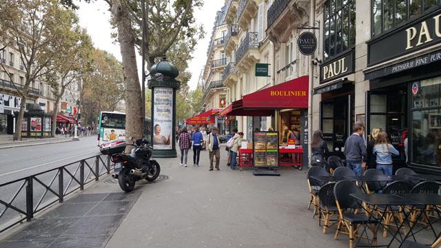 Тротуар на бульваре в Париже