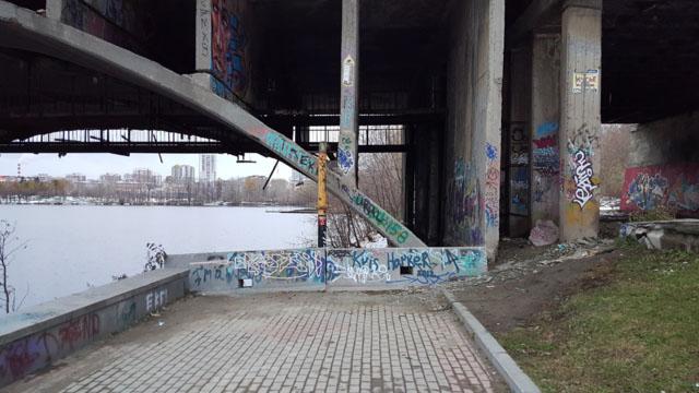 Верхний уровень набережной упирается в конструкцию моста