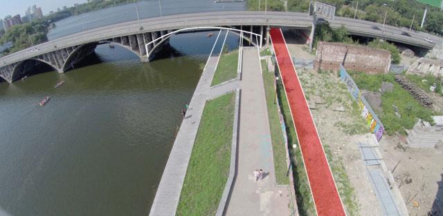 Разделение пространства на набережной под мостом