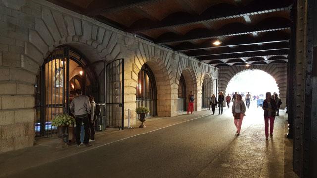 Ресторан под мостом Александра III в Париже
