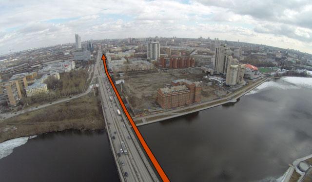 Велодорожка с внутренней стороны по отдельному мосту