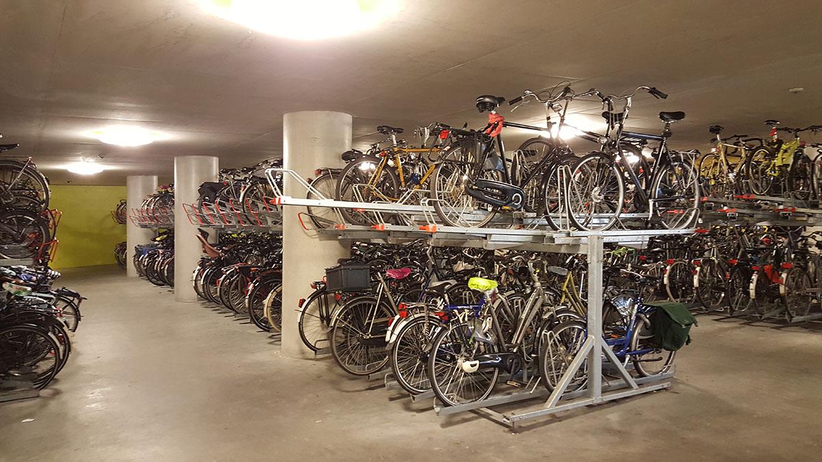 Велосипедный паркинг на железнодорожном вокзале в Арнеме
