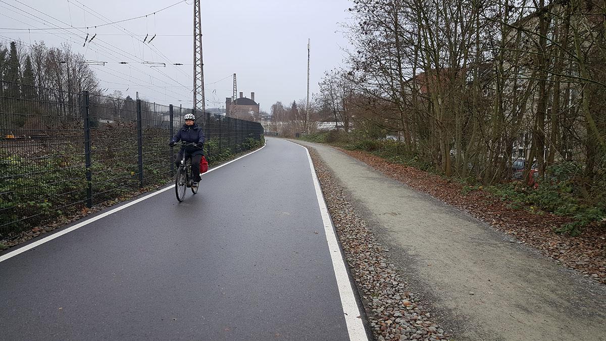Велопешеходный маршрут вдоль действующей железной дороги в Германии