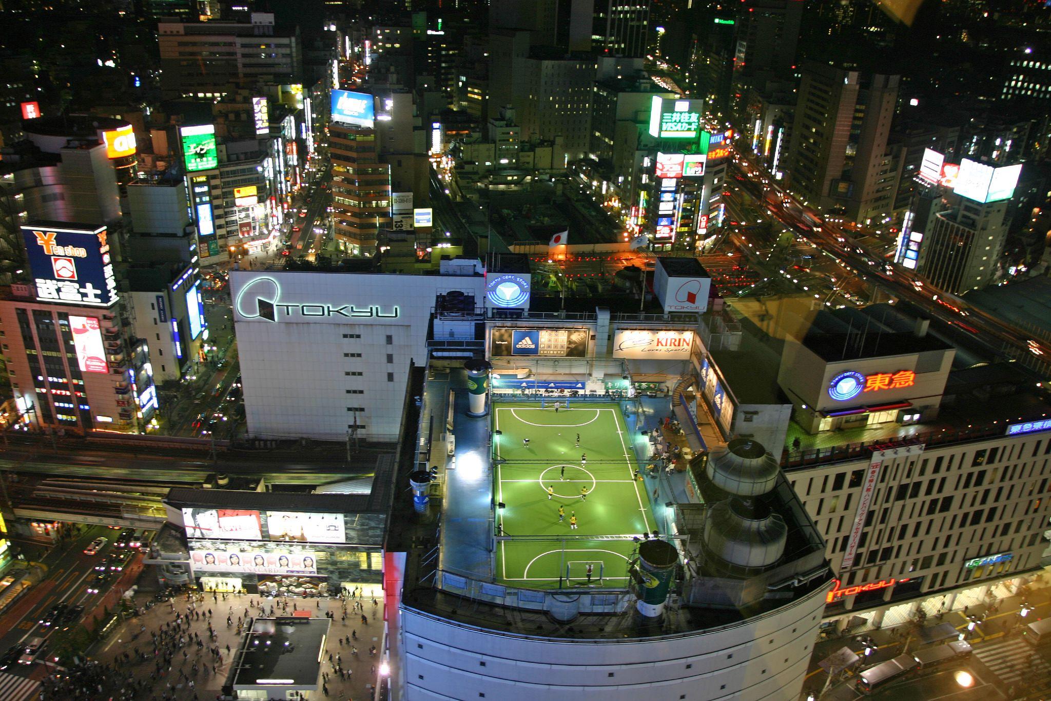 Футбольное поле на крыше многофункционального комплекса в Токио
