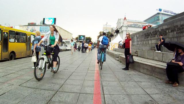 Площадь 1905 года - место, где давно пора разделить потоки пешеходов и велосипедистов