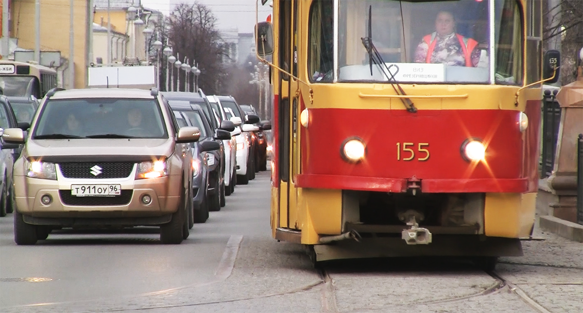 Трамвай на перекрестке Московская-Ленина