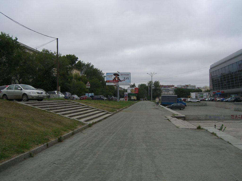 Тротуар вдоль Дворца Спорта