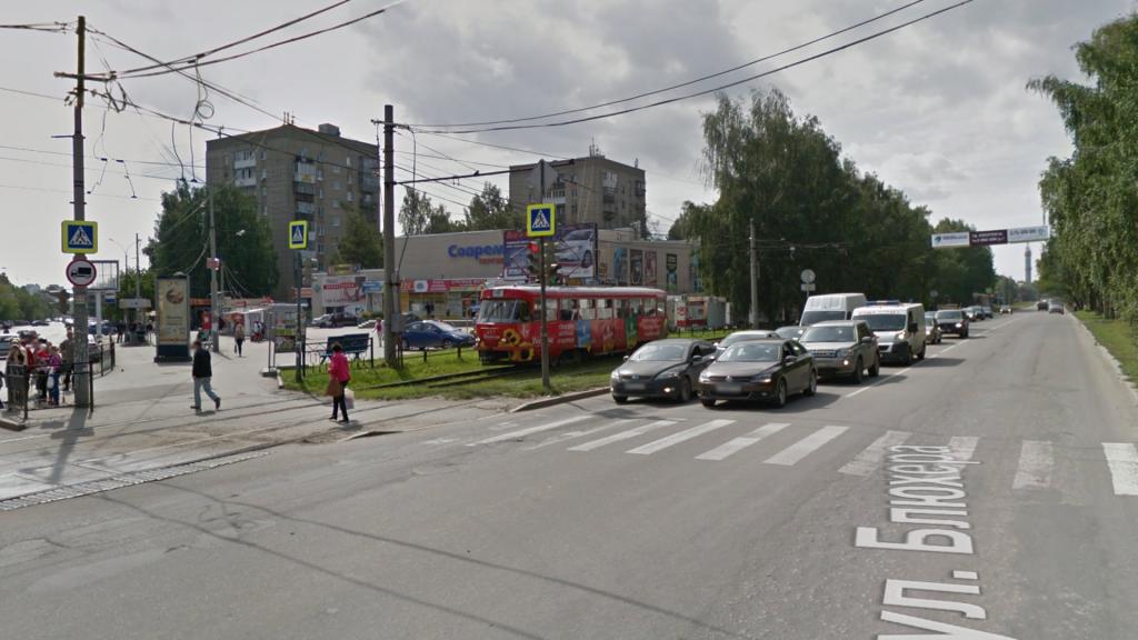 Автомобили должны пропустить трамвай при повороте направо, если трамвайные пути находятся сбоку от проезжей части