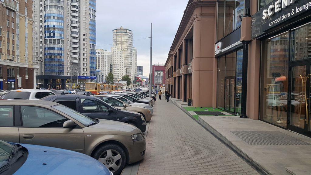 Парковка может эффективно защитить пешеходов на тротуаре