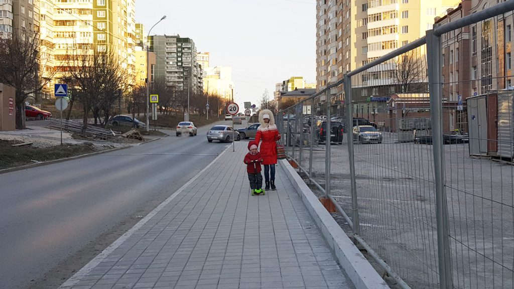 """Тротуар около клиники """"УГМК-Здоровье"""""""