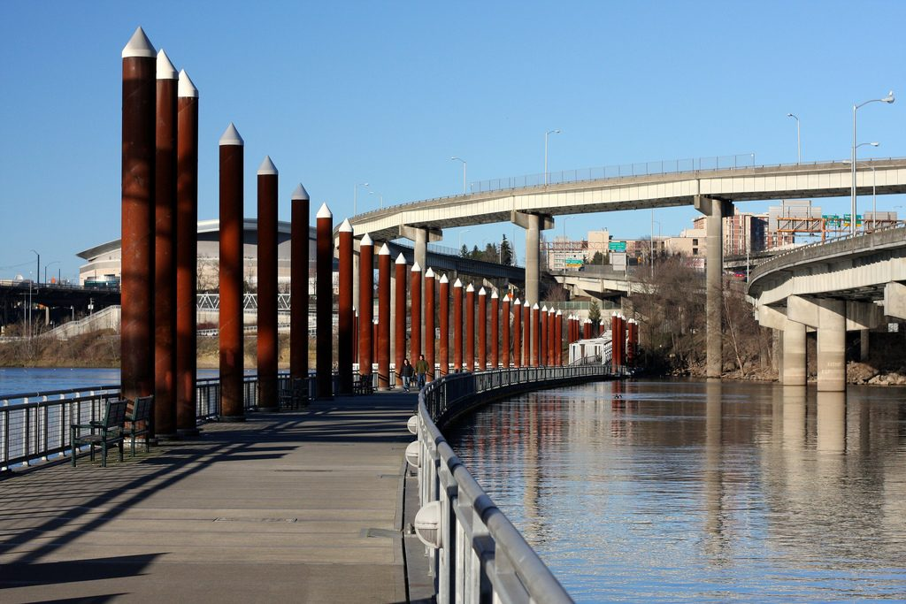 Понтонная эспланада в Портленде позволяет пешеходам и велосипедистам миновать участок реки, занятый дорожной развязкой