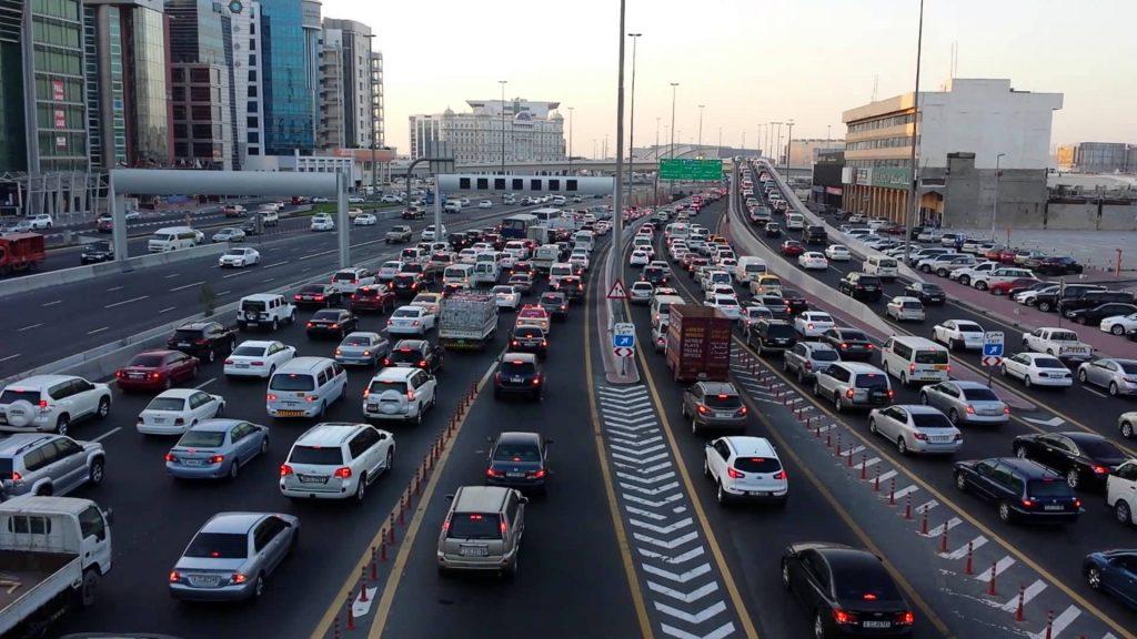 Автомобильная пробка в Дубае. Ни один город не смог решить проблему пробок, лишь расширяя дороги.
