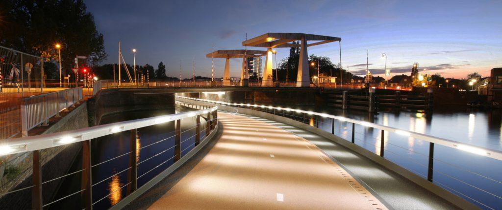 Велопешеходный мост под мостом в Харлеме (Нидерланды)