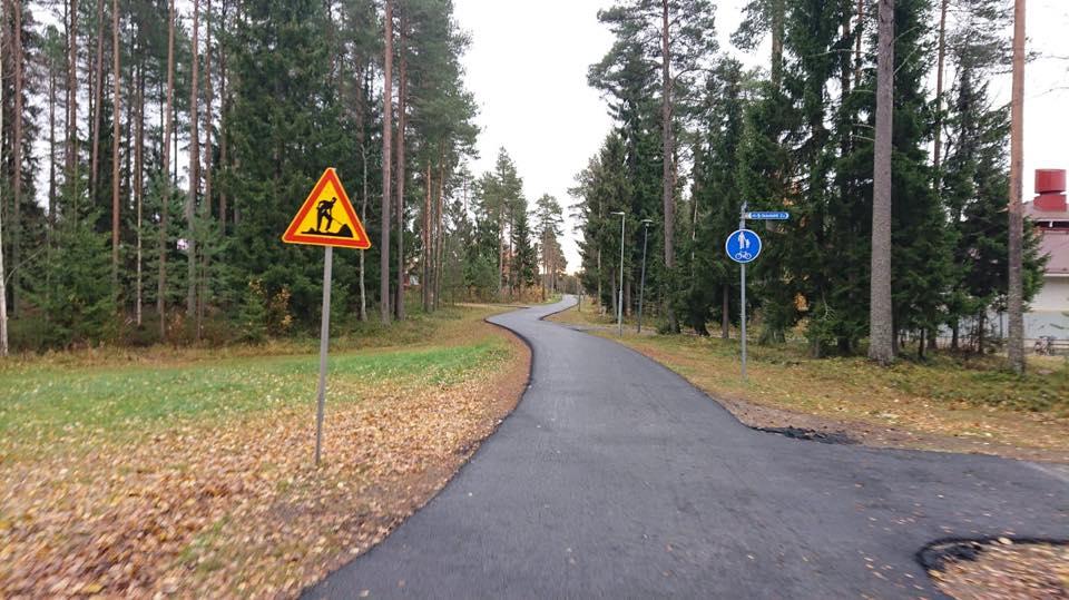 Отсутствие бортового камня - нормальное решения для пешеходных и велосипедных дорожек.
