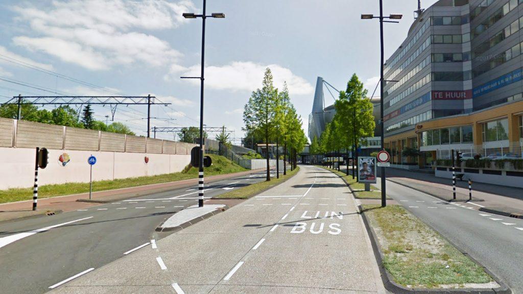 Широкая центральная разделительная полоса может использоваться для размещения выделенных полос для автобусов. На фото: автобусный коридор в Эйндховене