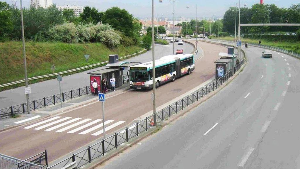 Отдельная проезжая часть для автобусов на широкой дороге в Париже.
