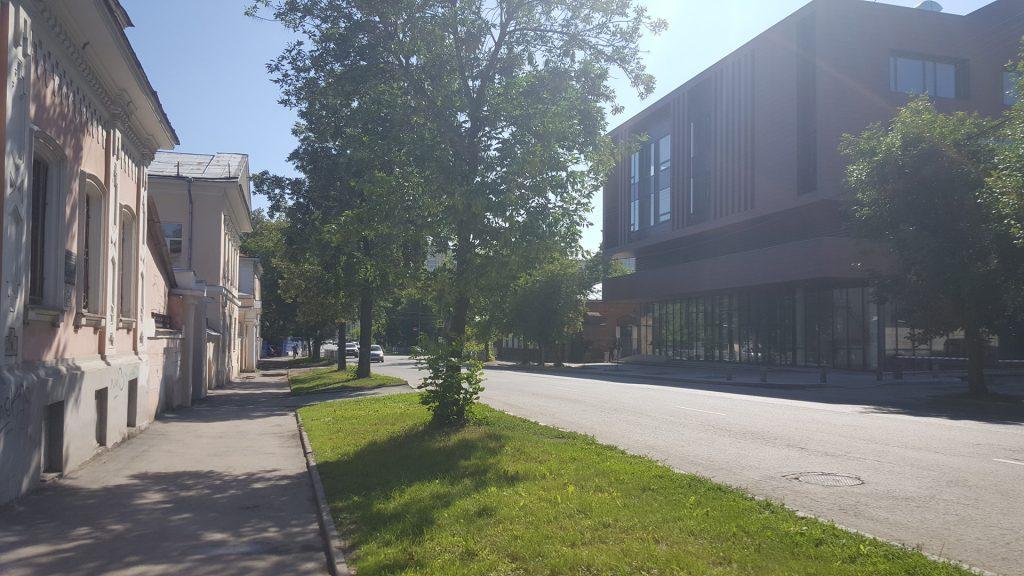 Офисное здание вписано в градостроительный контекст и не берет на себя много внимания.