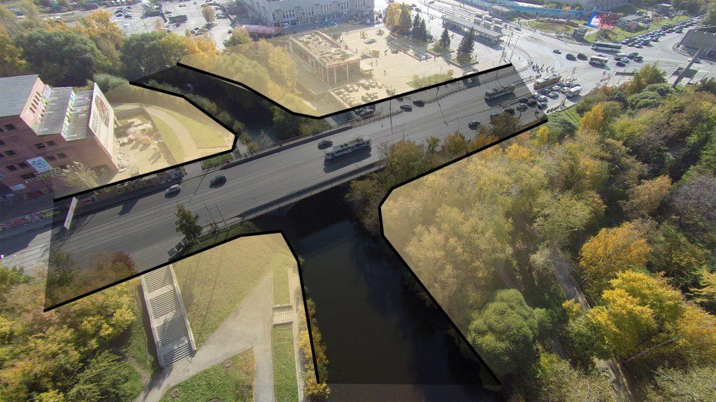 Река и улица образуют перекресток, по углам котрого лежат разрозненные части общественного пространства набережной