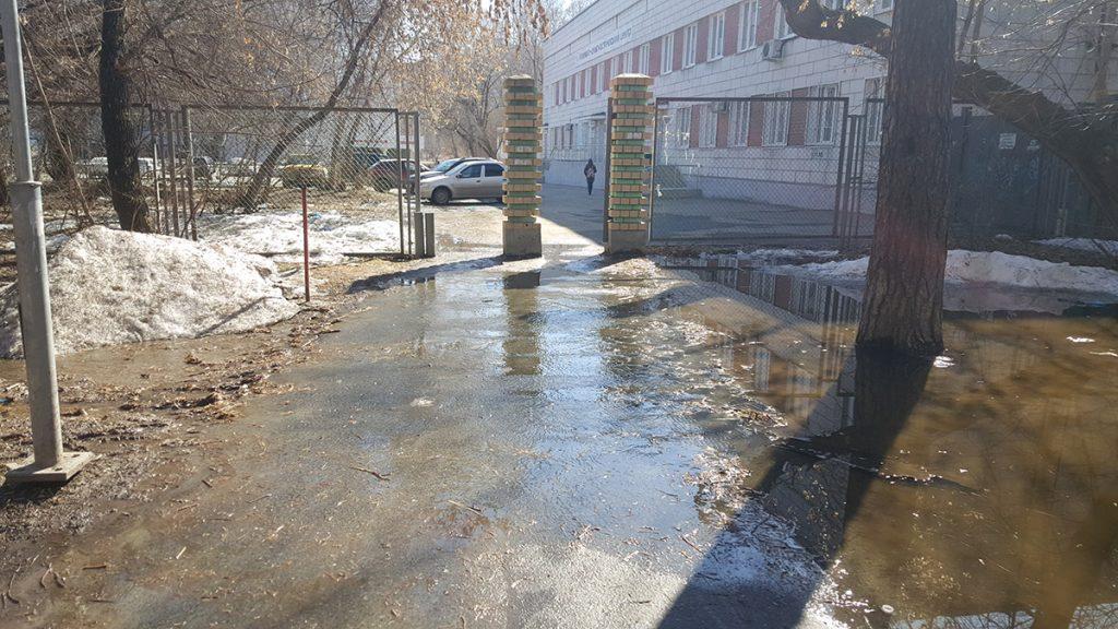 Во многих местах вода переливается через дорожки во время весеннего паводка. Это ведет к постепенному разрушению благоустройства.