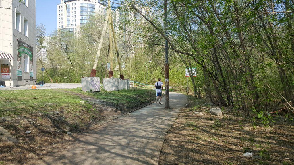 Южный вход в парк необходимо расширить и восстановить освещение.