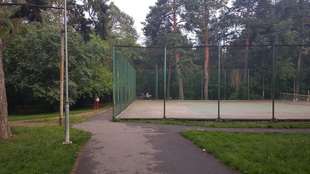 Теннисный корт перекрывает одну из транзитных дорожек.