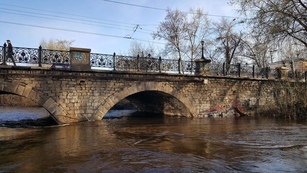 Во время паводков возможно подтопление моста под мостом