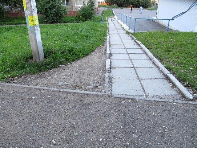 Практика показывает, что острые углы на примыканиях дорожек, как правило, вытаптываются.