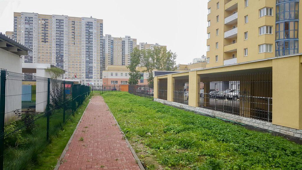 Наличие подземных коммуникаций и близость к паркингу ограничивают возможности озеленения.