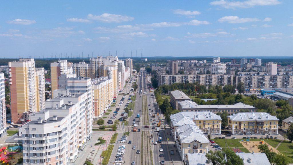 Улица Бакинских Комиссаров - зона активной застройки на Уралмаше.