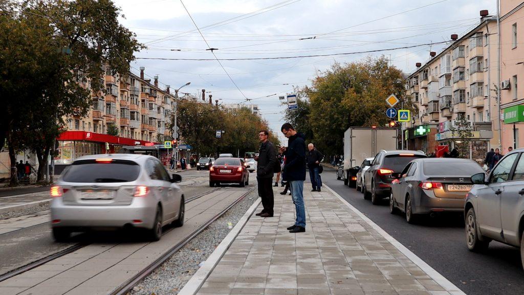 В отсутствие обособления трамвайных путей машины движутся по трамвайным путям через остановку.