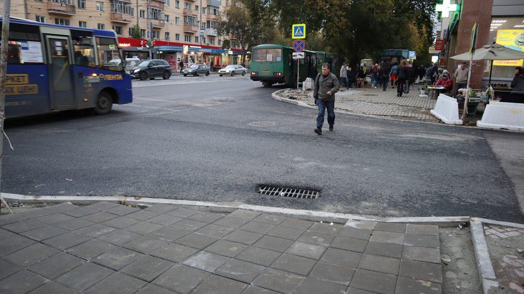 Колодец ливневой канализации нужно было перенести вправо, чтобы вода не лилась по пешеходному переходу, но в итоге он остался прямо на пути людей.