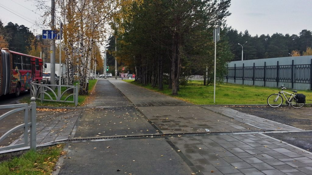 Приподнятое пересечение тротуара и велодорожки с местным проездом на улице Амундсена успешно функционирует уже несколько лет.